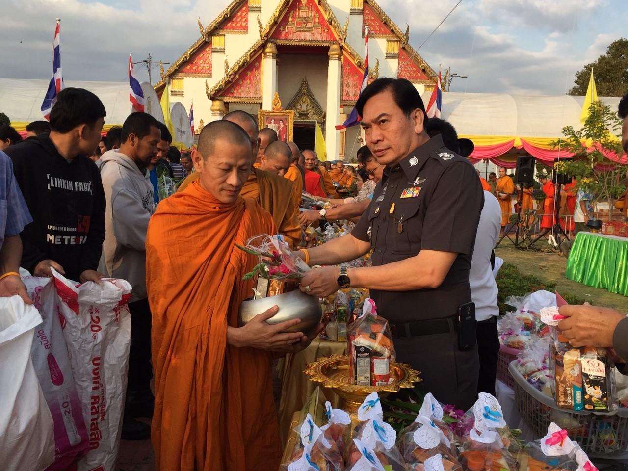 ทำบุญตักบาตรในพิธีเจริญพระพุทธมนต์ส่งท้ายปีเก่าต้อนรับปีใหม่ 2559